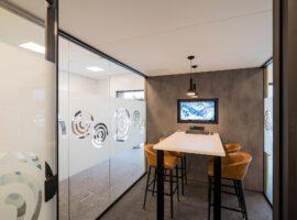 Genemuiden Pleijsier Palet Vrijstaande Glazen Unit Cube Treinzit Kantoor Akoestische Oplossing Intermontage
