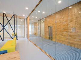 Heerhugowaard Brugbediencentrale Woodframe Hoge Glaswand Systeemwanden